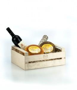cesto di natale alimentare con pecorini salame e vino