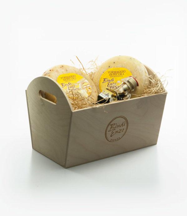 cesti di natale in legno con due forme di pecorino e mieleaceto