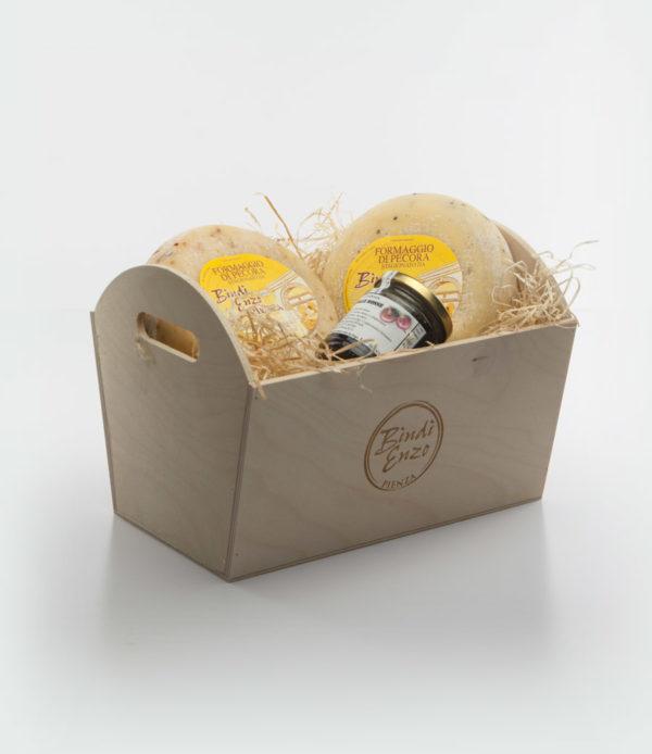 cesti di natale in legno con pecorino e marmellata