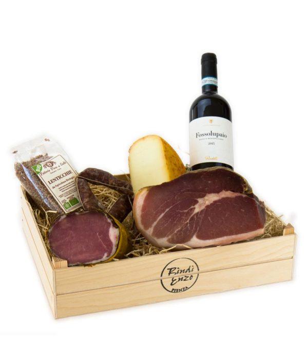 cesto regalo con cassetta del norcino in legno con prosciutto lombo di maiale salsicce stagionate pecorino di pienza semistagionato lenticchie e vino