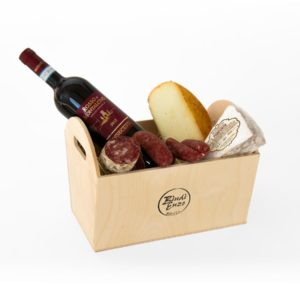 cesto regalo con mastella toscana con rosso di montalcino salamino salsicce panforte e pecorino di pienza