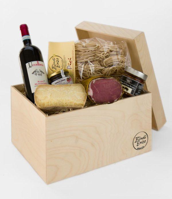 scatola del primoe secondo in legno con ragu di cinta senese lombo di maiale pici confettura di cipolle pecorino di pienza stagionato e vino rosso